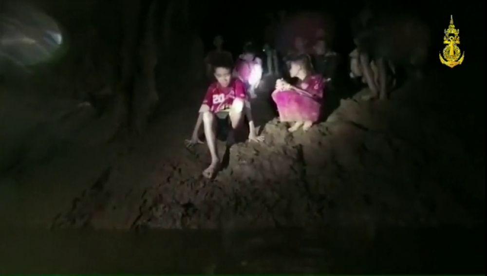 Localizan con vida a los 12 niños y el adulto desaparecidos hace más de una semana en una cueva de Tailandia