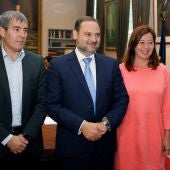 El ministro de Fomento, José Luis Ábalos (c), recibe a los presidentes de Canarias, Fernando Clavijo (i), y Baleares, Francina Armengol