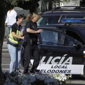 Dos policías locales durante la 'operación Enredadera'