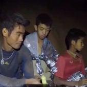Algunos de los niños atrapados en la cueva