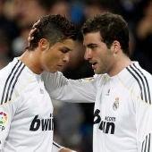 Cristiano Ronaldo e Higuaín, durante un partido con el Real Madrid