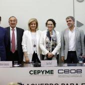 Magdalena Valerio y Fátima Báñez con los presidentes de CEOE, Cepyme y los líderes de UGT y CCOO