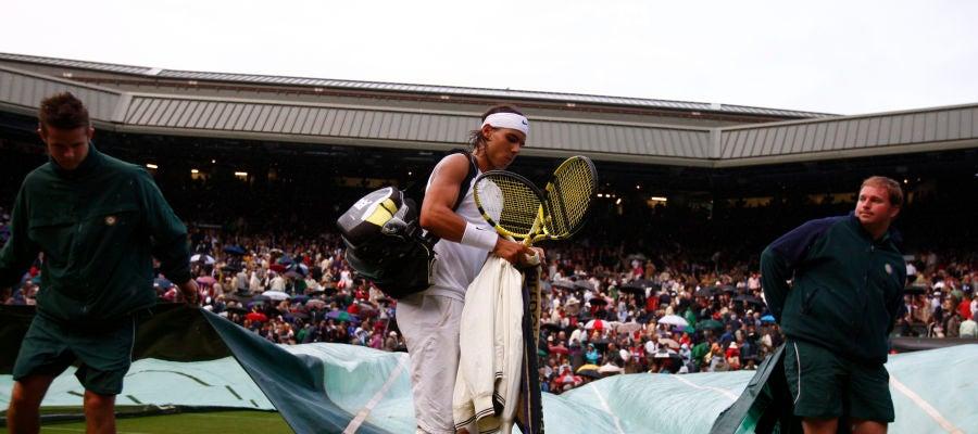 Nadal se retira de la pista por la lluvia en la final de Wimbledon 2008