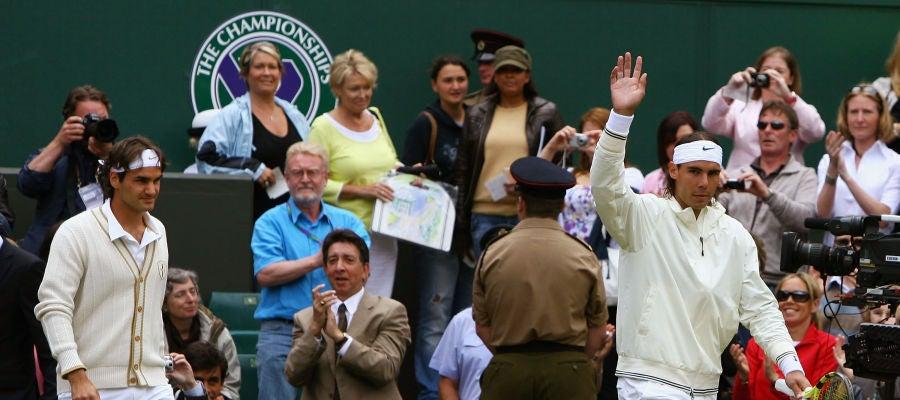 Nadal y Federer entran en la pista central de Wimbledon antes de su final en 2008