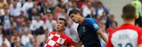 Mandzukic y Varane pelean un balón
