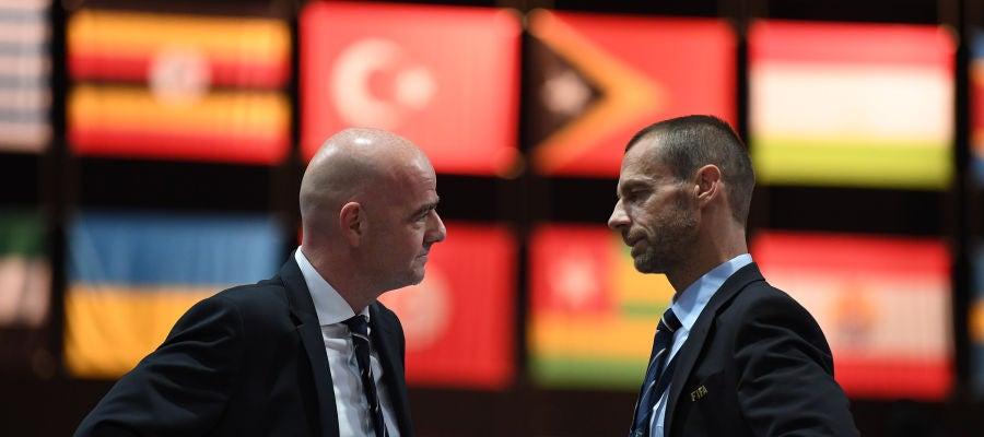 Infantino y Ceferin dialogan durante un congreso de la FIFA