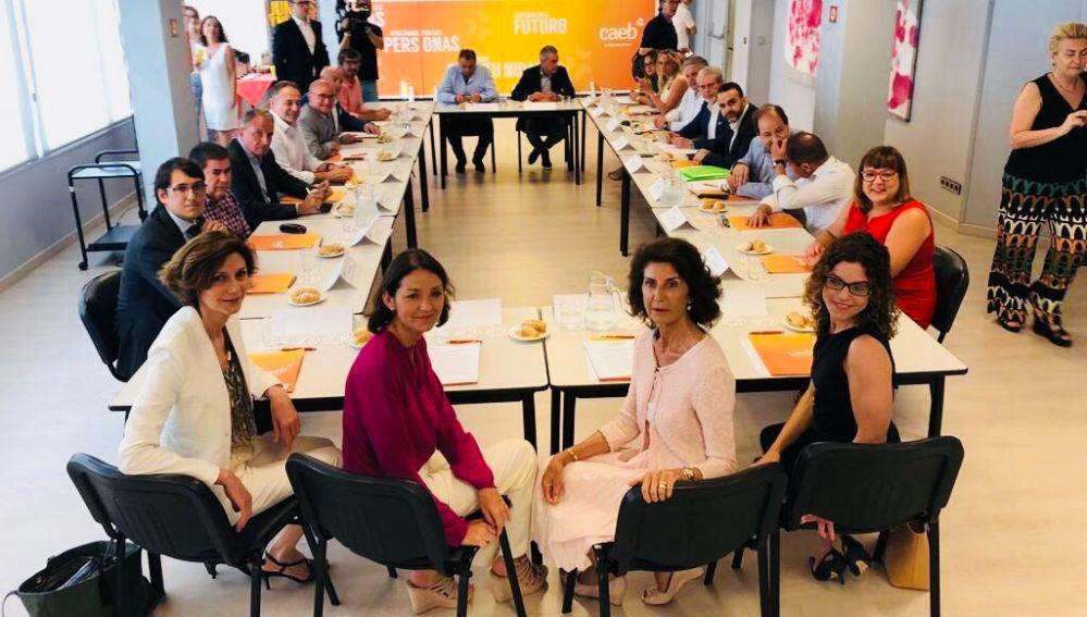 La ministra de Industria, Comercio y Turismo, Reyes Maroto, se reúne con la CAEB, la Secretaria de Estado para el Turismo Bel Oliver y la Delegada del Gobierno de Baleares, Rosario Sánchez, para establecer líneas de actuación futuras.