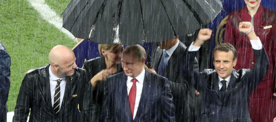 Putin, el único al que pusieron un paraguas durante el diluvio que cayó en la celebración de la final del Mundial de Rusia 2018