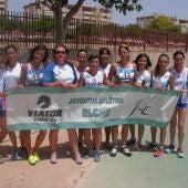 El equipo máster femenino del Juventud Atlética Elche posa en el Campeonato de España de clubes.