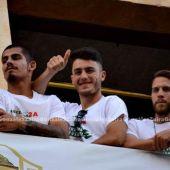 Primi Férriz, en el centro junto a Guille Vallejo e Iván Calero. en el balcón del Ayuntamiento durante la celebración del ascenso a Segunda División del Elche CF.