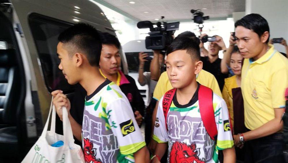 Algunos de los menores atrapados en la cueva de Tailandia salen del hospital
