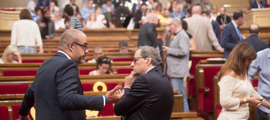 El presidente de la Generalitat de Cataluña, Quim Torra (d) y el conseller de Interior, Miquel Buch