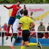 Carlos Quesada disputando un balón con Sory Kaba en el Atlético Saguntino - Elche CF de la pasada temporada