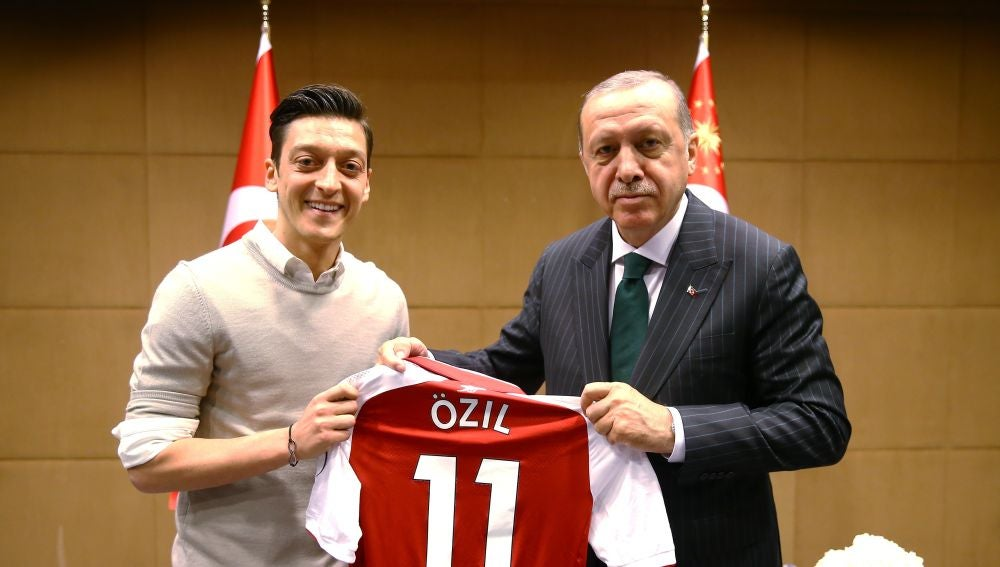 Mesut Özil renuncia a jugar en la selección de Alemania tras la polémica  foto con Erdogan | Onda Cero Radio