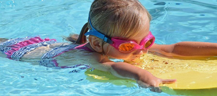 Los pediatras recomiendan enseñar a nadar a los menores lo antes posible