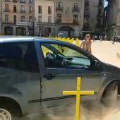 Un conductor arrolla varias cruces amarillas colocadas en Vic