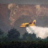 Efectivos trabajan por tierra para controlar el incendio de Nerva en Huelva