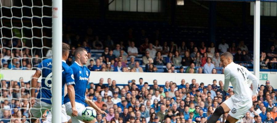 Rodrigo, en acción ante el Everton