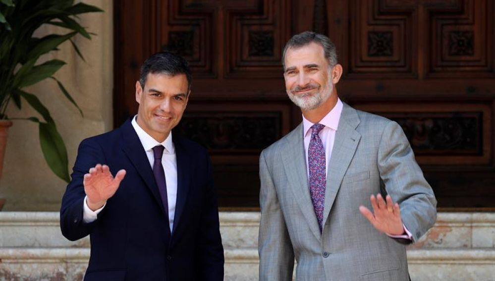 Pedro Sánchez y el Rey Felipe VI en el Palacio de Marivent