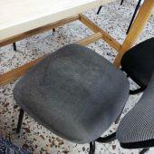 Estado del asiento de una silla en una sala municipal de estudios de Elche