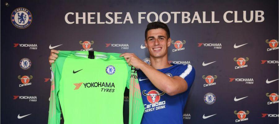 Kepa Arrizabalaga posa con la camiseta del Chelsea FC