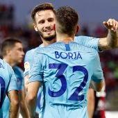 Saúl abraza a Borja