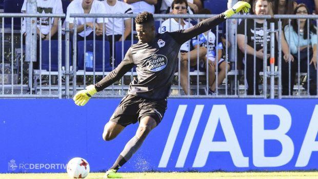 El portero internacional nigeriano Francis Uzoho, en un partido con el Deportivo.
