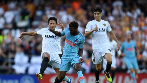 Lemar conduce el balón ante la presión de Parejo y Carlos Soler