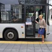 La alcaldesa de Castellón, Amparo Marco, bajando del autobús.