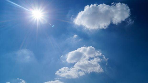 Un cielo con sol y nubes