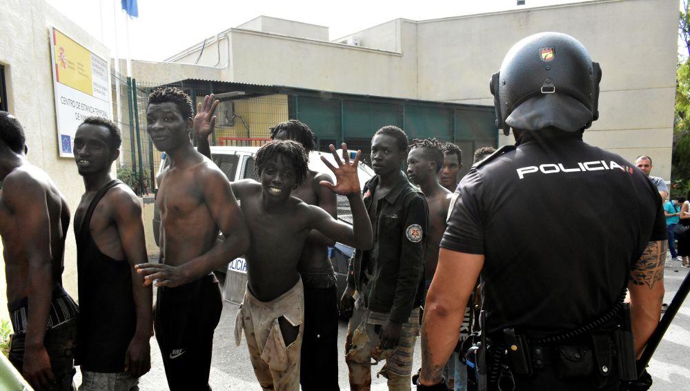 Varios inmigrantes en el Centro de Estancia Temporal de Inmigrantes (CETI) de Ceuta