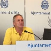 El concejal Carlos Sánchez compareciendo en rueda de prensa.