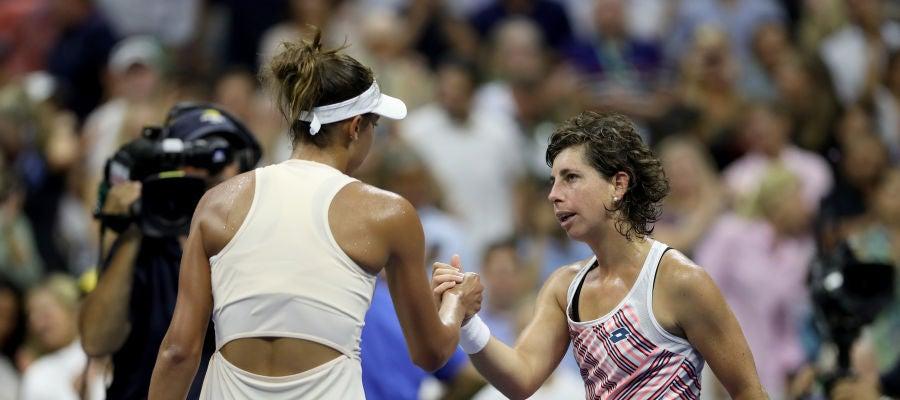 Madison Keys y Carla Suárez se felicitan después de su partido