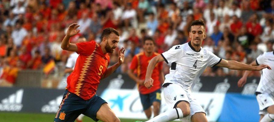 Borja Mayoral pelea un balón en el partido ante Albania