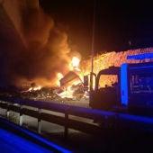 El camión siniestrado en llamas durante la intervención de los bomberos