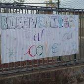 El nuevo colegio de Miguelturra ha dado la bienvenida a los alumnos con una pancarta