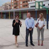 El regidor d'Educació, Eduardo Pérez, i la coordinadora general d'Alcaldia, Silvia Gómez, han donat la benvinguda al curs  en el  col•legi Angelina Abad.