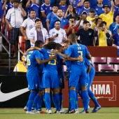la selección brasileña celebra un gol