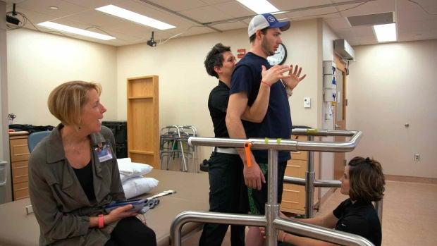Un joven con paraplejia total vuelve a caminar gracias a la estimulación eléctrica