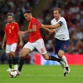 Saúl se va de Harry Kane en el partido ante Inglaterra