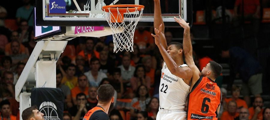 Tavares intenta machacar el aro ante la defensa del Valencia Basket
