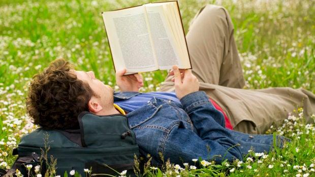 Biblioterapia: Libros para cotillas y para superar las cenas de empresa