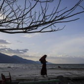 Una mujer indonesia inspecciona la playa de Talise devastada por el tsunami en Palu (06-10-2018)