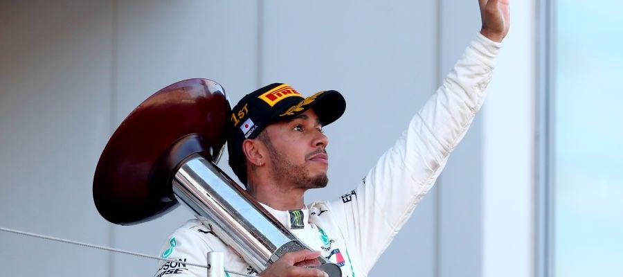 Lewis Hamilton saluda al público de Suzuka desde el podio