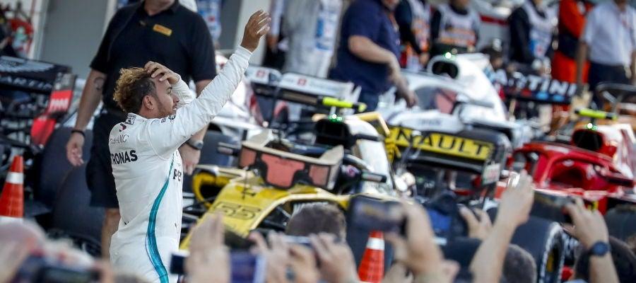 Lewis Hamilton saluda al público en Suzuka
