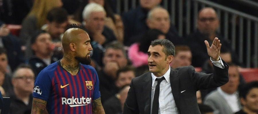 Valverde da instrucciones a Arturo Vidal durante un partido