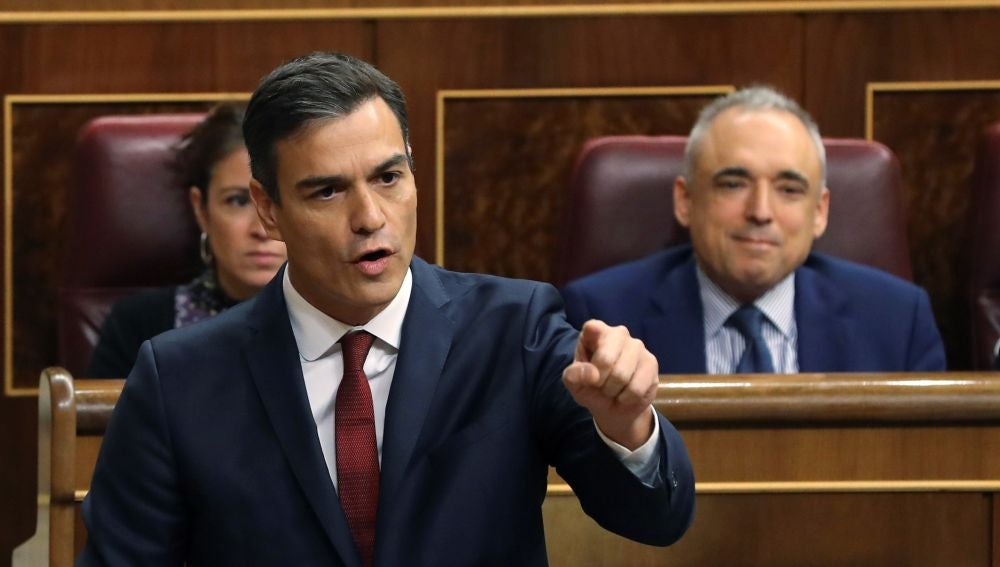 El presidente del gobierno Pedro Sánchez, contesta una interpelación en la sesión de control del Congreso de los diputados