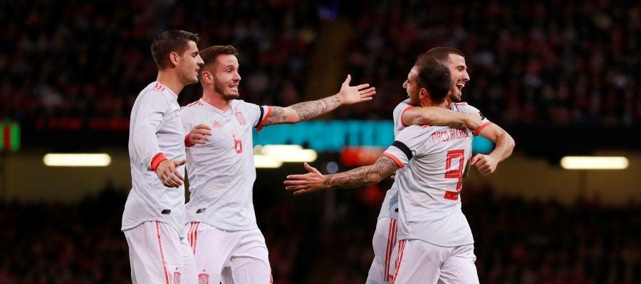 Los jugadores de la Selección celebran con Alcácer uno de sus goles contra Gales