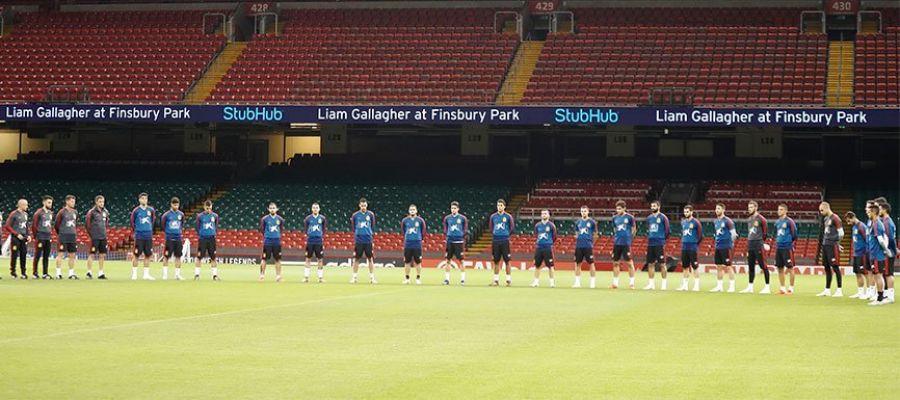Los jugadores de la selección española guardan un minuto de silencio