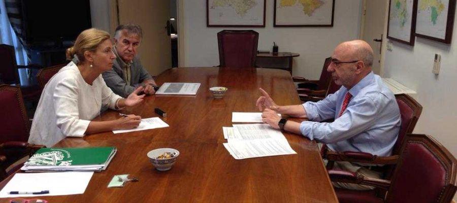 Reunión de la alcaldesa, Amparo Marco, con el presidente de la Confederación, Miguel Alcalde.